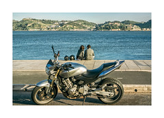 Belm, Lisboa (Sr. Cordeiro) Tags: belm lisboa lisbon portugal rua street rio tejo tagus river mota motorizada moto motorbike casal couple pausa break pause nikon v1 nikkor 11275mm