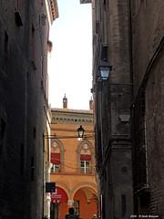 Nella morsa del Tempo (Paolo Bonassin) Tags: italy alley bologna vicolo emiliaromagna alleys vicoli bolognaviadepepoli