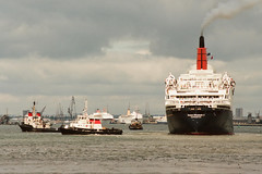 Queen Elizabeth 2 - 158-22a (Captain Martini) Tags: mvmonalisa cruiseships liners cunard qe2 rmsqueenelizabeth2 cruise cruising oceanicii sskungsholm seaprincess po hapaglloyd mveuropa sagasapphire tugsirbevois redfunneltug