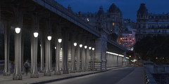 Pont de Bir Hakeim (Michel Couprie) Tags: france paris pont postprocessing bridge birhakeim night nuit street streetlamp dark people solitude perspective architecture canon eos michel couprie