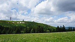Le Feldberg (Alt : 1493m) (Philippe Haumesser Photographies) Tags: nature landscape paysage montagne montagnes mountain mountains arbres trees fort forest nuages clouds ciel sky prairie meadow fleurs flowers stationmeteo feldberg allemagne deutschland germany sonyilce6000 sonyalpha6000 sony 169 2016 panorama neige snow t summer badewurtemberg fortnoire