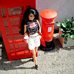 Poppy in London (Deejay Bafaroy) Tags: london londonlife fashion royalty fr integrity toys doll puppe barbie poppy parker pretty polynesia outdoors draussen diorama portrait portrt 16 scale playscale miniature miniatur pillarbox letterbox redletterbox briefkasten red rot phonecabin telephonebox telephonecabin telefonkabine phonebooth booth aerialview vogelperspektive