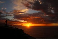 Ocaso en Bayona (Contando Estrelas) Tags: puestadesol ocaso sunset sol nubes cloud clouds nube nubosidad bayona baiona galicia espaa spain gaviota cruz cross
