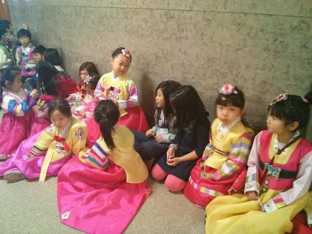 학생들이 차레를 기다리며 덕담을 나누고 있다.