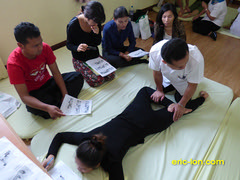 Thai Massage Wat Po School Bangkok 2015 (51)_1 (Eric Lon) Tags: students thailand bangkok traditional massage teaching technique leaning enseigne teaches methode eleves apprendre massagethailandais pofesseus eiclon thailande2015 taimassage