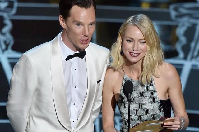 Atores Benedict Cumberbatch e Naomi Watts durante premiação