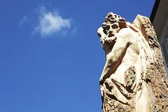 Scultura in legno - Ortisei (Cristina Seguiti) Tags: sculture legno intagliare volto sculpture wood woods face faccia uomo man sky cielo ortisei cloud nuvola air open tree albero