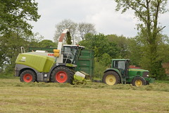 Claas Jaguar 960 SPFH filling a Broughan Engineering Trailer drawn by a John Deere 6620 Tractor (Shane Casey CK25) Tags: claas jaguar 960 spfh filling broughan engineering trailer drawn john deere 6620 tractor blarney jd green silage silage16 silage2016 grass grass16 grass2016 winter feed fodder county cork ireland irish farm farmer farming agri agriculture contractor field ground soil earth cows cattle work working horse power horsepower hp pull pulling cut cutting crop lifting machine machinery nikon d7100 tracteur traktor traktori trekker trator ciągnik collecting collect