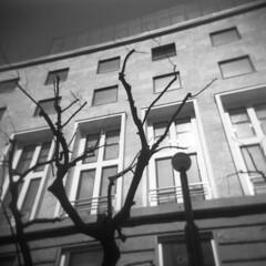 Milano (Valt3r Rav3ra - DEVOted!) Tags: holga holgacfn lomo lomography toycamera plasticcamera milano medioformato film analogico analogica analog analogue 120 6x6 ilfordfp4 bw biancoenero blackandwhite valt3r valterravera visioniurbane urbanvisions streetphotography street