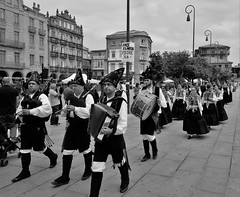 Gaiteiros (Carlos Pea Fernandez) Tags: rasbajas rasbaixas blancoynegro blackandwhite streetphoto galicia peregrina fujifilm fuji pontevedra desfile musica gaiteros gaiteiros gaita