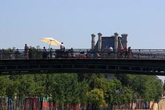 Turismo en el puente Solferino (ricardocarmonafdez) Tags: paris color rio canon river arquitectura ngc urbano turismo sena solferino 2013 60d ricardocarmonafdez