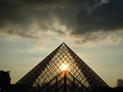 Louvre apocalyptique (insolvenza) Tags: pyramide louvre apocalypse nuage soleil