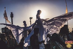 witte-vlinders-steltenlopers-thuishaven-thesfactory (WWW.THESFACTORY.EU E : info@thesfactory.eu T :06-2) Tags: wit vlinder vlinders steltenlopers stiltwalkers stelzentheater steltzenläufer steltenloper steltenact straattheater steltlopers steltloper butterfly butterflies white kerstacts