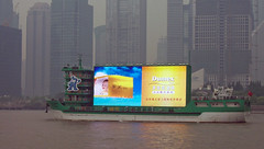 Werbung (loitz79) Tags: geo:lat=3124623700 geo:lon=12149132100 geotagged china chn hongkou huangpufluss pudong schiff shanghai shanghaishi smog werbung 上海 中国 广告 浦东 烟雾 船 黄浦江