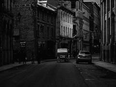 calèche dans le Vieux-Montréal (photosgabrielle) Tags: city urban bw blackwhite carriage noiretblanc montreal streetphotography oldmontreal ville bwphotography noirblanc urbain vieuxmontréal calèche photosgabrielle