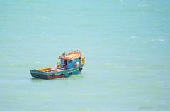 Cores (pmenge) Tags: cores mar pessoa barco ondas pneus corda 100400 5diii