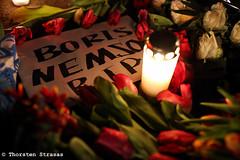 Spontane Trauerbekundungen für Boris Nemtsov in Berlin (tsreportage) Tags: flowers berlin candles russia picture blumen embassy politician bild kerzen murdered opposition politiker russland russianflag ermordert borisnemtsov botschaftunterdenlinden russischefahne