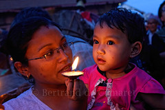 Offrande (Bertrand de Camaret) Tags: asie asia nepal patan bertranddecamaret enfant child offrande lampe lumiere light mere woman mother nuitbleue horizontale nationalgeographic ngc nationalgeographicfacesoftheworld
