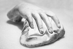 En reposo (Gayoausius) Tags: blancoynegro bw yeso escultura objeto mano 7dwf