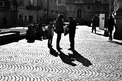 vita contro (Il cantore) Tags: light shadow people bw sun square torino three town blackwhite gente ombra bn persone backlit piazza sole tre turin bianconero luce sampietrini controluce citt paved piazzacarloalberto