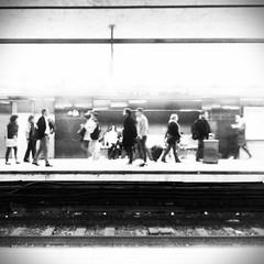 Desconocidos. #Barcelona #metro #subway #people #gente #ciudad #city #estacin #station #parada (Kybenfocando) Tags: barcelona city people station subway gente metro ciudad estacin parada
