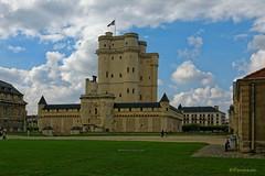 Paris / The Castle of Vincennes - Dungeon (Pantchoa) Tags: paris vincennes chteaudevincennes donjon architecture chteau forteresse nuages gazon nikon d7100 drapeau 1685