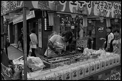 Street food seller, downtown Gwangju. (hej_pk / Philip) Tags: fuji fujifilm fujixa1 fujinon fujinonxf18mmf2r 18mm27mm 28mm kwangju gwangju sydkorea gator gata stad seller vendor walnut cakes pancakes gatufoto