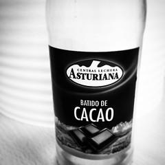 Que vicio criatura. #batido #puleva #choc #desayuno #insta. #bottle #m #b&n #viñeteo #saturday (birdhouse ®) Tags: square milk chocolate central like rico squareformat inkwell cristal leche tarde botella vaca vicio cacao merienda asturiana batido adiccion lecha iphoneography instagramapp uploaded:by=instagram