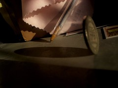Escritorio ensombrecido (Somni Minvant) Tags: light money pencil desk shades sombras escritorio moneda lpiz
