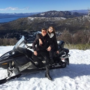Sem assumir romance, Camila Queiroz e Klebber Toledo viajam para Argentina
