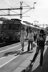 Sknetrafiken, storp 2009-05-03 (Michael Erhardsson) Tags: storp station tguppehll 2009 maj vr pgatg sknetrafiken kullamannen tg svartvitt plattform resenrer