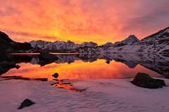 Magic morning (Photo_Flow) Tags: switzerland schweiz engadin maloja en inn lghdallunghin lunghin morgenrot morningglow orange lake mountainlake sunrise landscape landschaft outdoor 7dii sigma1835 mirror mountain schnee snow