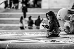 Please Call (Mario Rasso) Tags: mariorasso d810 nikon london londres inglaterra england woman phone blackandwhite blackwhite blancoynegro trafalgarsquare urban street