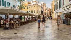 2170  Escema callejera, Ciutadella, Menorca (Ricard Gabarrs) Tags: calle paseo rue street paisaje ciutadella ricardgabarrus callejeando gente ciudad olympus ricgaba