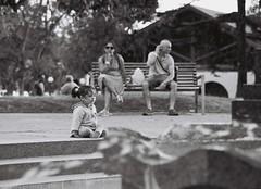 Mi mam me ciuda (Nando.uy) Tags: street parque bw byn film analog 35mm uruguay calle analgica nikon kodak tmax 400 f3 montevideo vivitar f28 135mm rollo pelcula rod nandouy