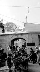 People, Fatih Istanbul (Guly_Julien) Tags: travel people turkey istanbul persone viaggi ontheroad fatih moschea turchia quartiere venditore ambulante turco