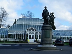 Sea15b01 Seattle Volunteer Park Conservatory (CanadaGood) Tags: usa america washington wa seattle building art statue 2015 thisdecade canadagood colour color blue white parking morning architecture