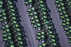 Green Powerhouses (Aerial Photography) Tags: by dlg sch 010045203 12082000 deutzfahr fabrik fotoklausleidorfwwwleidorfde grn lauingendonau luftaufnahme luftbild reihen traktor traktorenfabrik aerial factory green outdoor rows tractor verde dillingen bayernbavaria deutschlandgermany deu