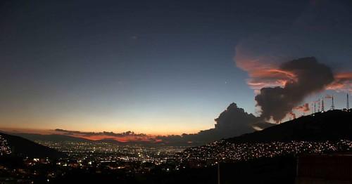 No todo es malo en el #estadodemexico también tiene cosas buenas como éste #paisaje en el que se ve parte de #cuidaddemexico #cdmx #viernesdecompartir #sky #skylovers #nubes #clouds #notimexfoto #paisajeurbano #urbanscape #cityspace #landscape #photojourn