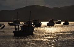 esperando o dia chegar... (Ruby Ferreira ®) Tags: barcos boats litoralnortepaulista hills bay silhuetas silhouettes