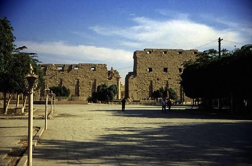 "Ägypten 1999 (299) Karnak-Tempel: 1. Pylon • <a style=""font-size:0.8em;"" href=""http://www.flickr.com/photos/69570948@N04/28757298095/"" target=""_blank"">View on Flickr</a>"