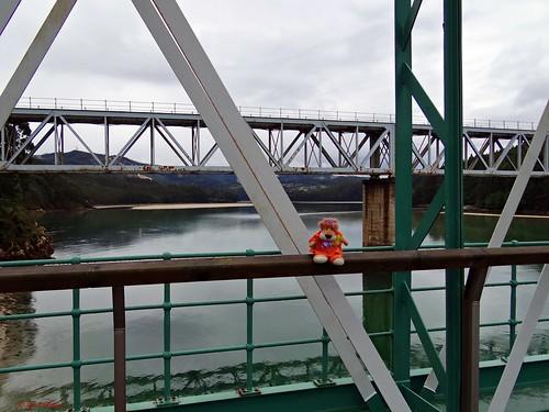 Leoncia en el puente de O Barqueiro sobre el Sor. S. XIX: