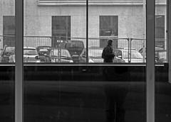 Durch die Fenster 2 (Rdiger Stehn) Tags: blackandwhite bw germany blackwhite europa schaufenster stadt monochrom glas kiel schleswigholstein norddeutschland glasscheibe mitteleuropa 2015 fensterscheibe schwarzweis strase fensterglas 2000er canoneos550d