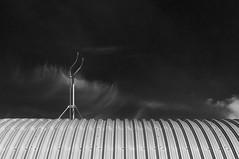 w.e.l.l.b.l.e.c.h (Karl-Heinz Bitter) Tags: architektur berlin juni himmel architecture minimalism minimalismus minimalistisch blackwhite blackandwhite wolken auspuff dach roof linien bgen