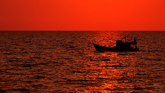 Blood Red (Photonenblende) Tags: ocean sunset red rot d50 boat fisherman nikon meer warm ship sonnenuntergang outdoor highcontrast romance vietnam minimalism schiff phuquoc romantik fishermansboat fischerboot ozean bloodred wrme minimalismus tamronsp blutrot