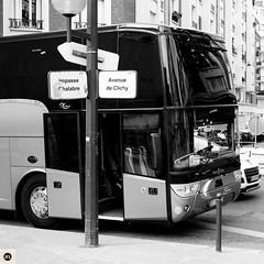19pc216 (photo & life) Tags: france paris europe ville city fujifilm fujinon fujinonxf35mmf14r xpro2 fujifilmxpro2 street streetphotography jfl photography photolife square squareformat squarephotography blackandwhite noiretblanc bus parc avenuedeclichy bw