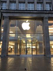 The Apple Store at Jungfernstieg in Hamburg in the morning. (arwed.kubisch1) Tags: hamburg hanseatic hansestadt apple store laden geschft frontview frontansicht morning morgen cleaning pavement sidewalk brgersteig pigeon taube jungfernstieg