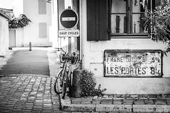 DSC_7570 (Mathieu Rougnon) Tags: ileder arsenr france nikon d800 2470 vlo pharedesbaleines rue panneau charentemaritime