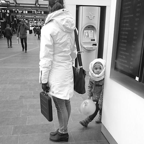 Peek-a-boo #streetphotography #commute #bw#igersmalmoe