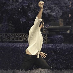 Shot put. (Isabel Barranco) Tags: man garden heart anger corazn hombre jardn shotput enfado lanzamiento